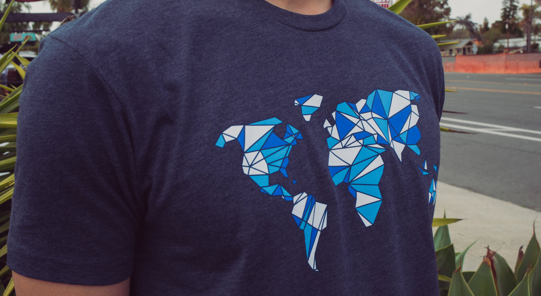T-Shirt-mit-Grafik-Global-Lifestyle-Bild
